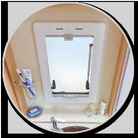 <strong>Toilettenfenster: </strong><br>mehr Licht und Luft im Bad dank Milchglasfenster (grundrissabhängig).