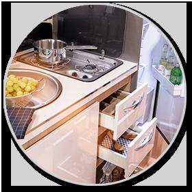 <strong>Küche: </strong><br>Mit großen Schubladen und viel Platz im Unterschrank zeigt sich die Küche praxisgerecht eingerichtet.